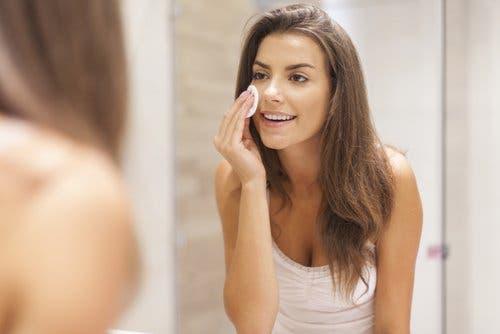 Make-up sollte jeden Abend entfernt werden