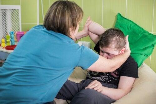 EIne Frau mit einem Kind mit Zerebralparese