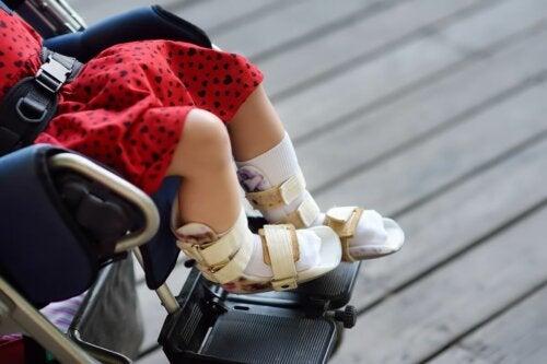 Ein Mädchen mit Zerebralparese