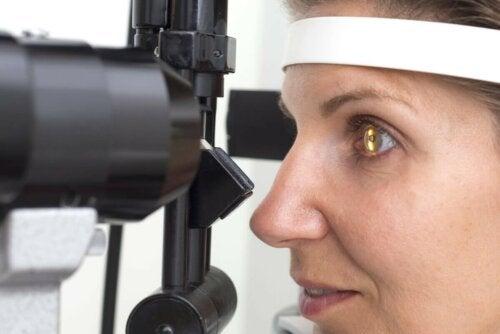 Retinitis Frau Augenüberprüfung