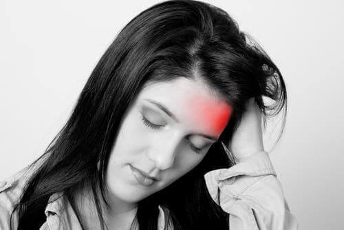 Migräneanfall - Frau fasst sich an den Kopf