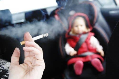 Beschwerden beim Atmen - Rauchen im Auto