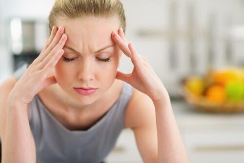 Migräneanfall - gestresste Frau