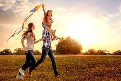 Resilienz und Hoffnung - glückliche Familie