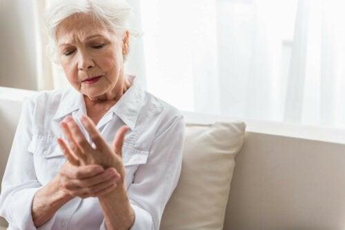 ältere Frau mit Taubheitsgefühl in der Hand