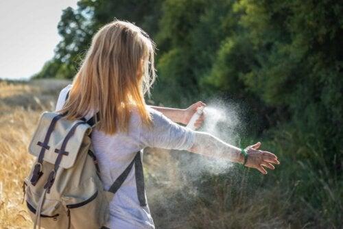 Frau Mückenschutzmittel