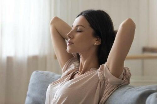Frau Stressbewältigung tiefes Durchatmen
