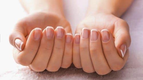 Dicke gelbe Nägel können mit aufhellenden Mitteln behandelt werden