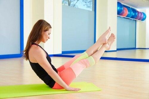 Pilatesübung Bumerang