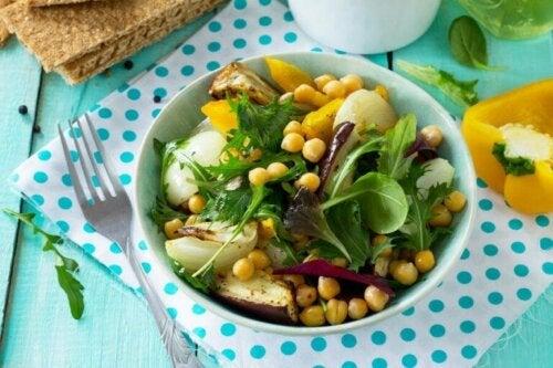 Köstlicher Kichererbsen-Auberginen-Salat