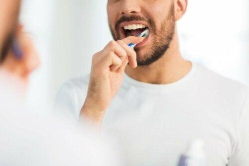 Vorbeugung von Aphthen durch Zähne putzen