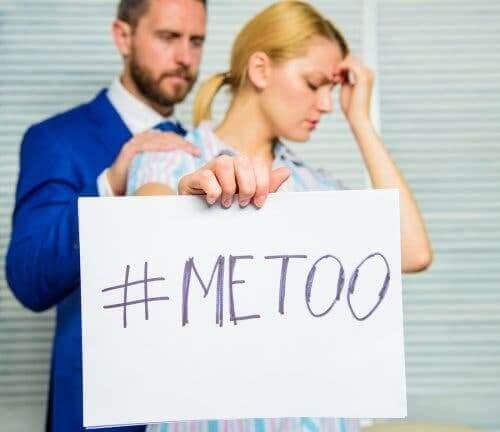Sexismus - Frau mit Me-too-Plakat