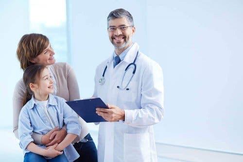 infantile Hämangiome - Arzt mit Patientin und deren Mutter