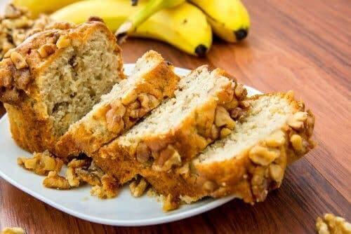 Mandel-Bananen-Brot - auf einem Teller