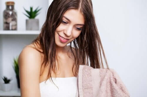 Fettiges Haar richtig waschen: So geht es!
