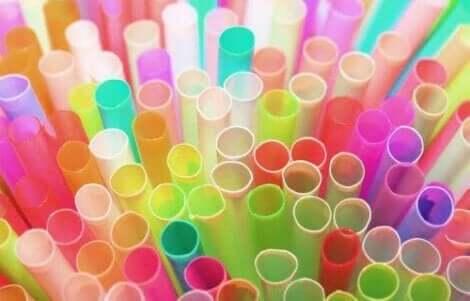 Plastikstrohhalme verschmutzen Meere und Ozeane