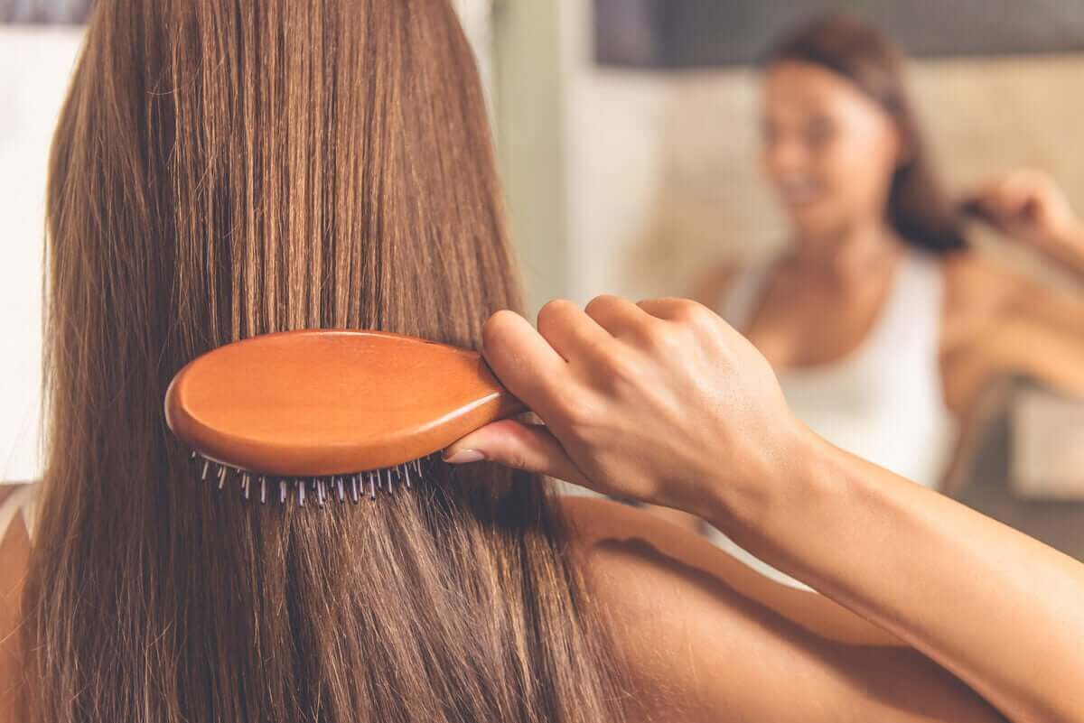 Wenn du deine Haare bürstest, lagern sich Haare und Mikroorganismen darauf ab