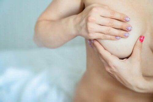 Frau tastet Brust ab