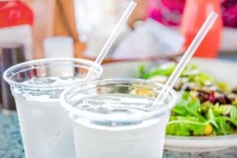 Metallstrohhalme sind eine umweltfreundliche Alternative zu Plastikstrohhalmen