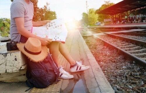 Person am Bahnsteig