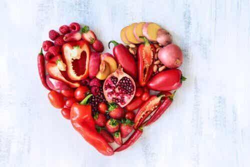 Rotes Obst und Gemüse: Sein Nährwert und wie man es in die Ernährung einbezieht