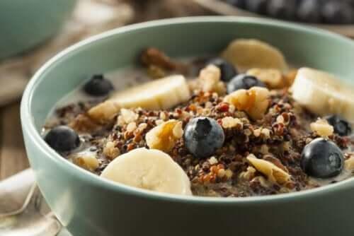 Frühstücksflocken mit Obst