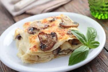 Lasagne nur mit Gemüse auf einem Teller mit Basilikum