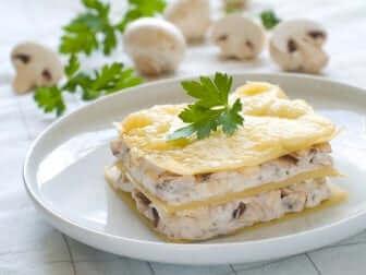 Vegane Lasagne mit Béchamelsauce und Pilzen