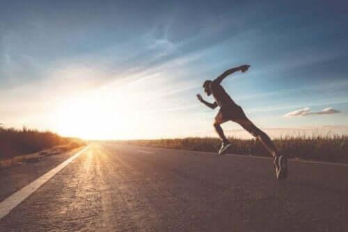Mann mit wunden Brustwarzen durch Langstreckenlauf