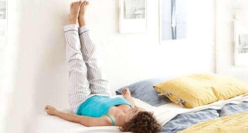 Es ist hilfreich, die Beine hochzulegen, um die Durchblutung zu verbessern