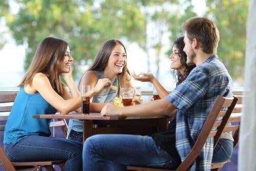 Nach einer Trennung solltest du den Kontakt und die Freundschaft zu anderen suchen