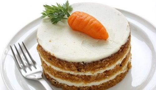 Traditioneller Karottenkuchen wird mit einer süßen Frischkäsefüllung gefüllt