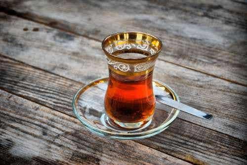 Halsinfektionen mit Kurkuma und grünem Tee behandeln
