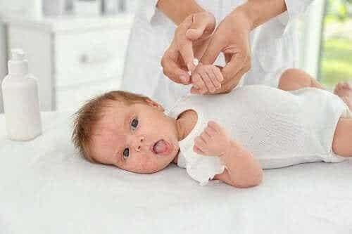 Babyakne: Ursachen und Behandlungen
