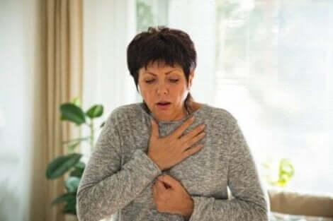 Frau mit einer Dysphagie
