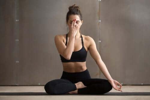 Monddurchdringender Atem ist eine der Yoga-Übungen zur Entspannung
