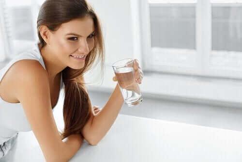 Eine Frau vermeidet eine einschränkende Diät, indem sie Wasser trinkt