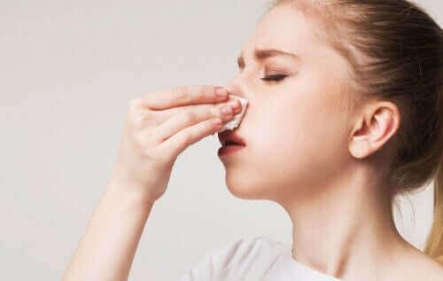 Mädchen leidet an Krusten in der Nase