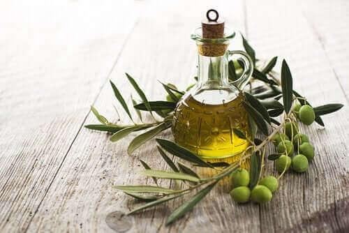 Olivenöl in einem Glas neben Oliven, ein wesentlicher Bestandteil für die mediterrane Ernährung