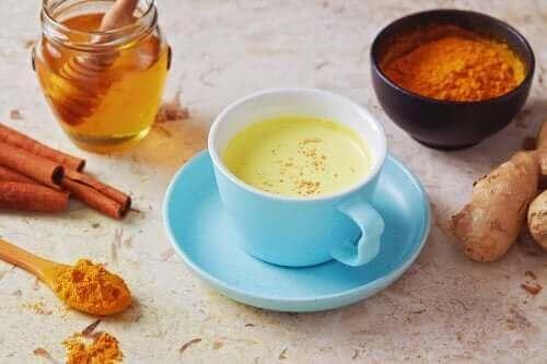 Tee mit Pfeffer und Honig gegen Husten