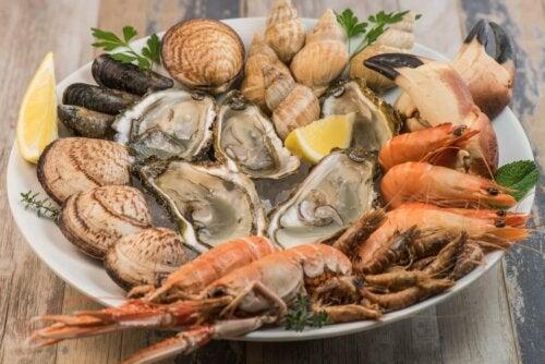 Teller mit allerlei Krustentieren - Meeresfrüchteallergie