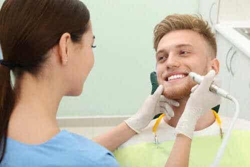 Vier Wege, um Zahnstein von den Zähnen zu entfernen
