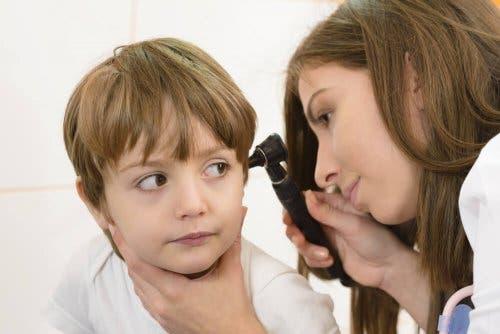 Ohrenentzündung bei Babys - Junge beim Arzt