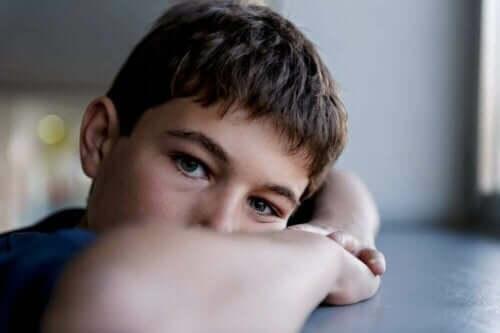 Schizophrenie im Kindesalter - trauriges Kind