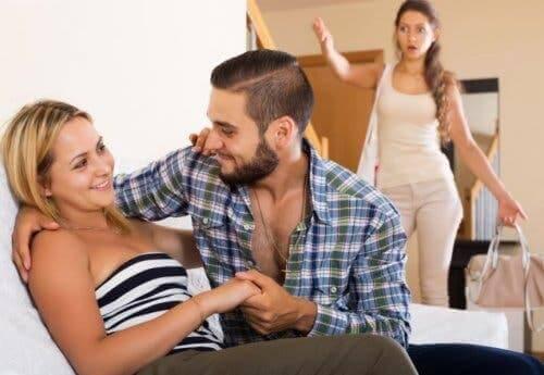 Untreue nicht verzeihen-Mann überrascht Partner mit anderer Frau