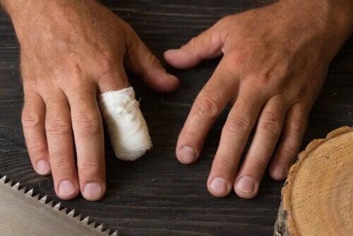 Erste Hilfe bei versehentlicher Fingeramputation