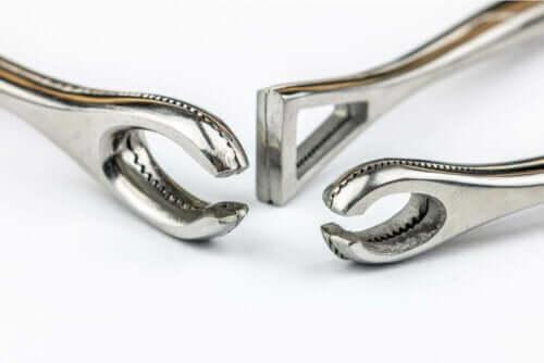 Drei Werkzeuge, die für das Piercing verwendet werden