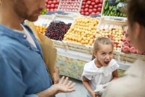 Ein Mädchen, das im Supermarkt ihre Mutter anschreit.