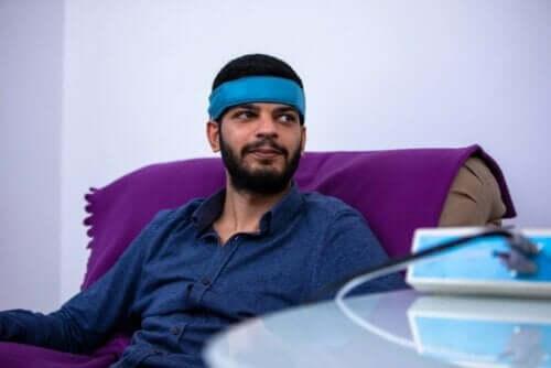 Ein Mann, der sich einer Stress-Entspannungstechnik unterzieht