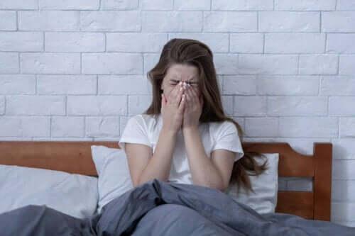 Frau hat durch Stress verursachte Schmerzen